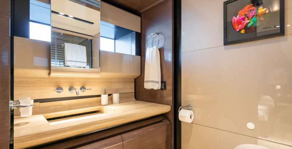 Paula-&-Biel-peri-37m-motor-yacht-interior-twin-cabin-bathroom